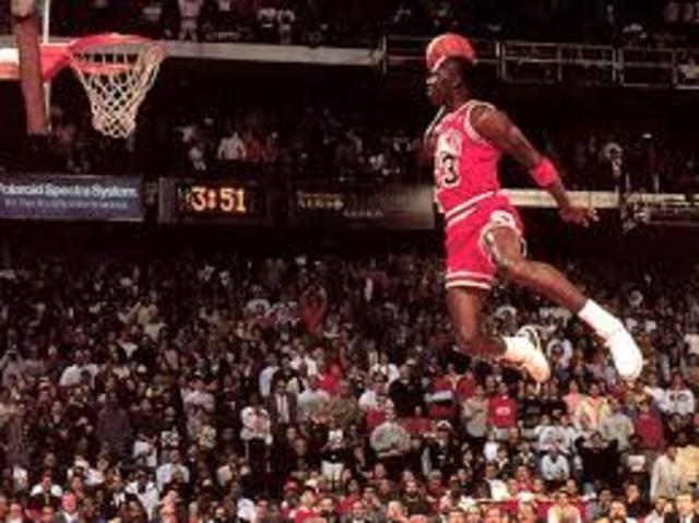 Un jugador puede hacer un pase por encima del nivel del aro a un compañero de equipo, para que este lo reciba por encima de este y haga un remate.