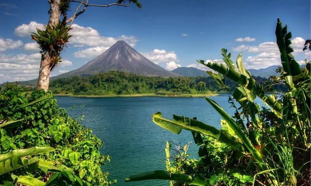 Na Costa Rica, é fundada a Universidade Estadual a Distância.