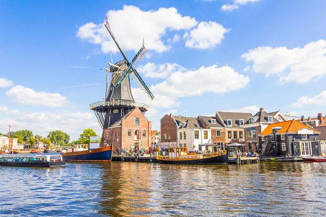 Na Holanda, é implantada a Universidade Aberta.
