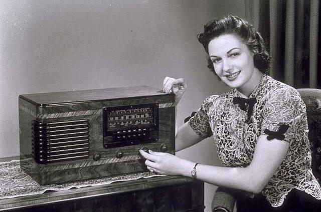 Início da Educação a Distância pelo rádio brasileiro.