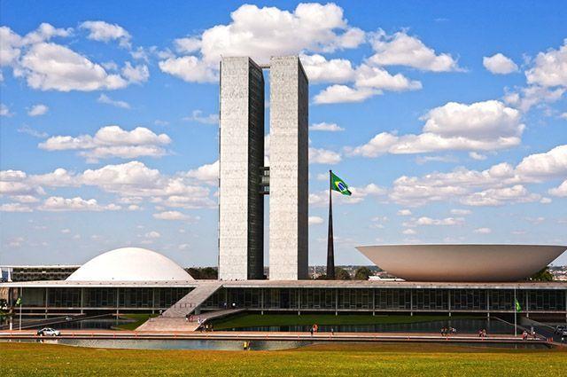 É  criada a Universidade Aberta de Brasília.