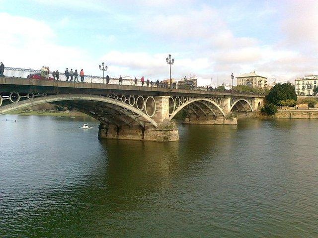 Puentes sobre pontones. Puente de Triana sobre el río Guadalquivir en Sevilla