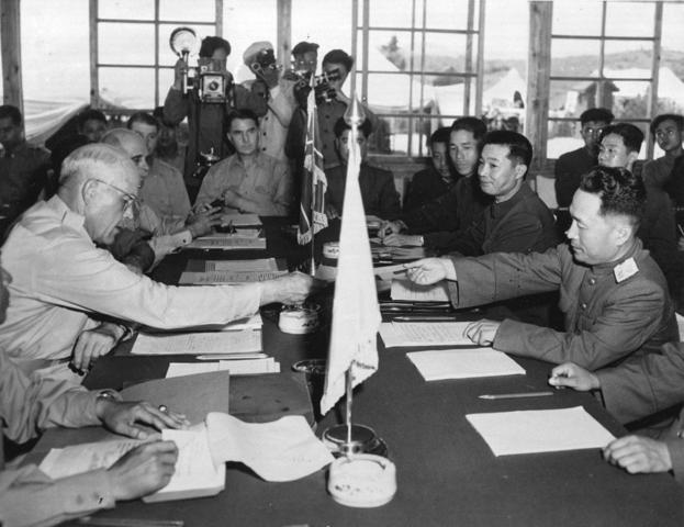 Se firma el armisticio  en la llamada Pagoda de la paz que finaliza la guerra de corea (GC)