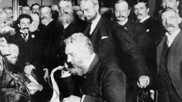 Alexander Graham Bell patenta el invento del teléfono.