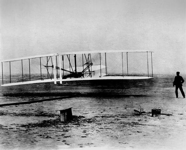 Se prueban las primeras aeronaves de la mano de los hermanos Wright.