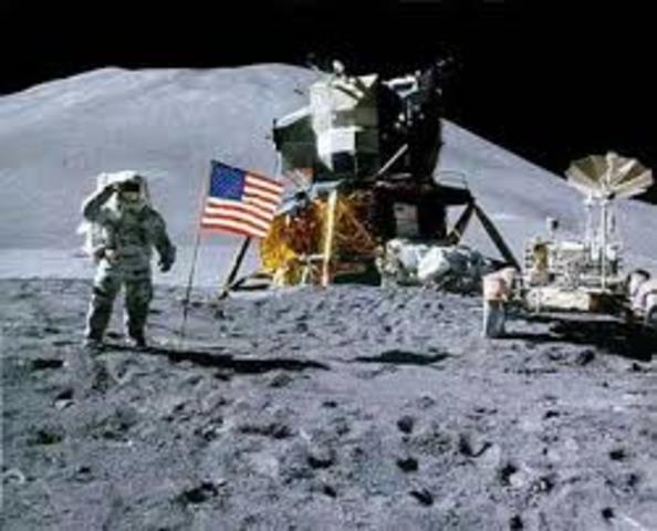 Neil Armstrong se convierte en el primer hombre en pisar la luna en el Apolo 11, nave que llevaba a bordo sólo 3 tripulantes de nacionalidad norteamericana.