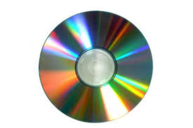 Se inventa el compact disc (CD), esto revoluciona la manera del almacenamiento de datos e información.