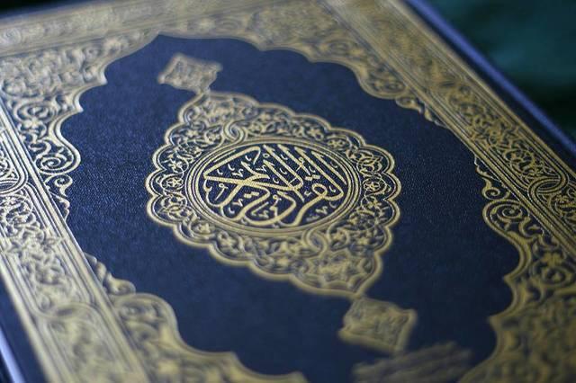 Le calife (successeur) Othman s'aperçoit qu'il existe plusieurs manières de réciter le texte. Il emprunte donc à Hafsa (une des veuves de Mahomet) un exemplaire écrit, en fait une recension et ordonne de brûler les autres.