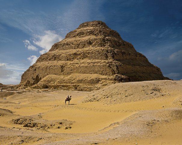 Construcción de la primera pirámide de piedra.