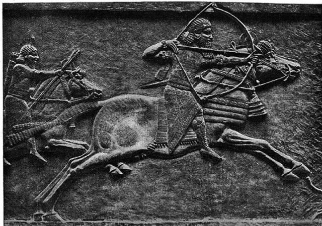 Los asirios atacan Egipto.