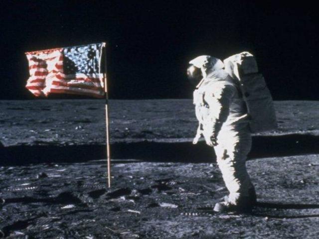 Neil Armstrong llega a la luna.