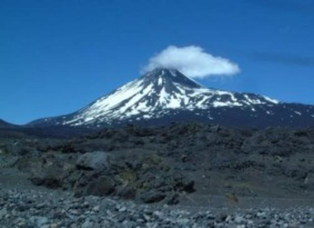 El volcán Monte Nevado del Ruiz, , hace erupción