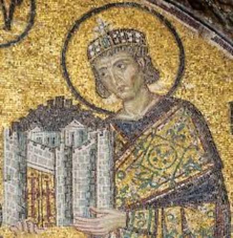Constantin fonde la nouvelle capitale de l'Empire romain sur le site de la ville de Byzance : Constantinople.