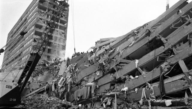 derrumbe del inmueble del trabajo de su esposo debido al temblor, lo trasladan a calle Juárez