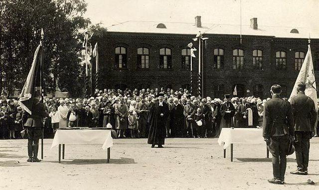 kuidas pärnu väeosadele lipud annetati