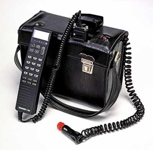 Nokia presenta su primer teléfono celular.