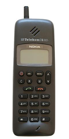 El mercado se disputa entre 2 gigantes. Nokia anuncia el Modelo 1011