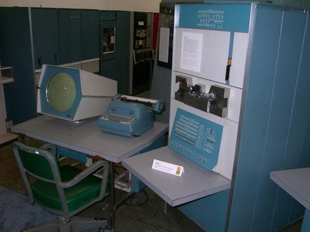 Предшественник мини-компьютеров DEC PDP-1