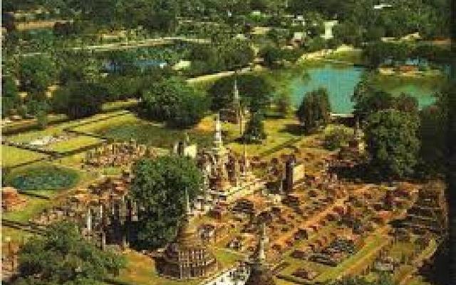 พ.ศ.1860 พ่อขุนรามคำแหง เสด็จสวรรคต ครองราชย์อยู่นาน 40 ปี พญาเลอไทขึ้นครองราชย์สมบัติต่อ ไทยเริ่มเสื่อมอำนาจ ทำให้ไทยต้องเสียเมืองไปมาก จนอาณาจักรสุโขทัยสิ้นสุดลง
