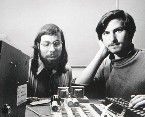Steve Jobs, de 16 años, conoce a Steve Wozniak a través de un amigo.
