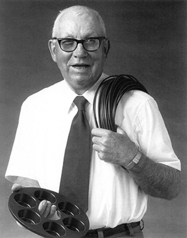 Roy Plunkett descubre el proceso para hacer politetrafluoroetileno, mejor conocido como teflón.