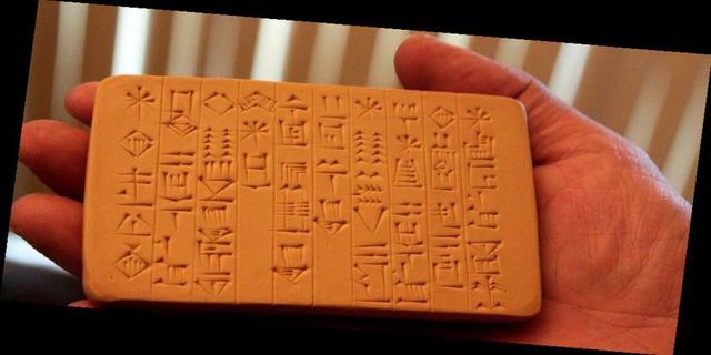 3000 a.C.: Os sumérios criam a escrita cuneiforme.