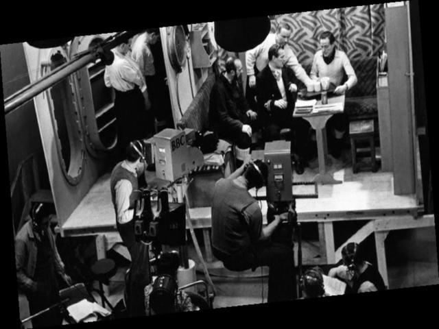 1936: Primeira transmissão televisiva, incorporando som e imagem pela BBC britânica.