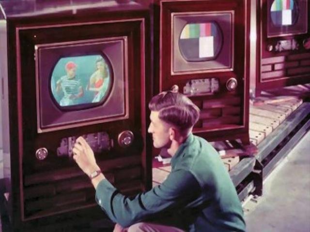 1940: Surge a TV a cores. George Stibitz interliga dois computadores via telefone, o que gerou idéias para o primeiro Modem.