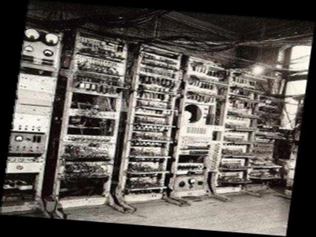 1943: Britânicos decodificam mensagens secretas alemãs com o supercomputador Colossus.