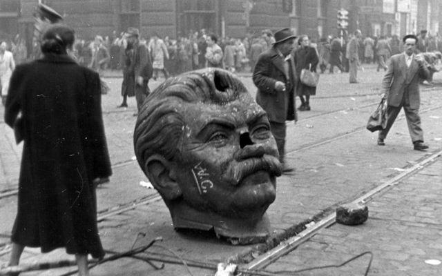 Cae la estatua de Stalin en Hungría.