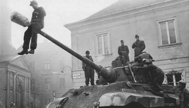 Los tanques soviéticos vuelven a Hungría.
