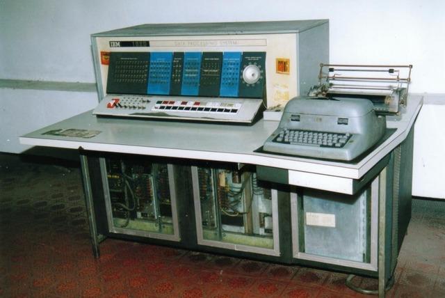 IBM lanzó el mainframe IBM 1620 basada en transistores