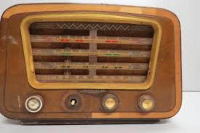 Início da transmissão das aulas, através do rádio