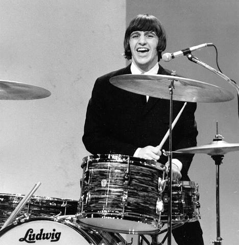 Присоединение Ринго Старра и первый контракт The Beatles