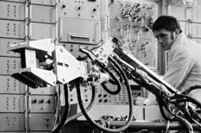 Trallfa, una firma noruega, construyó e instaló un robot de pintura por pulverización.