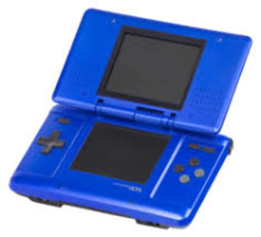 En enero se anuncia a escala mundial la misteriosa nueva consola de Nintendo: la Nintendo DS, una portátil de doble pantalla con tecnología de pantalla táctil.