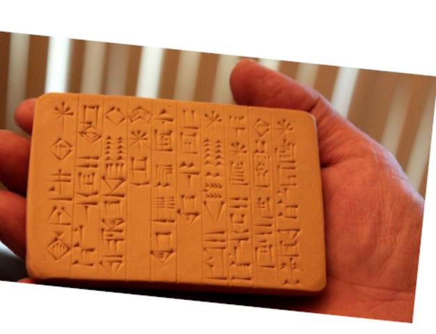 3000. Os sumérios criam a escrita cuneiforme.
