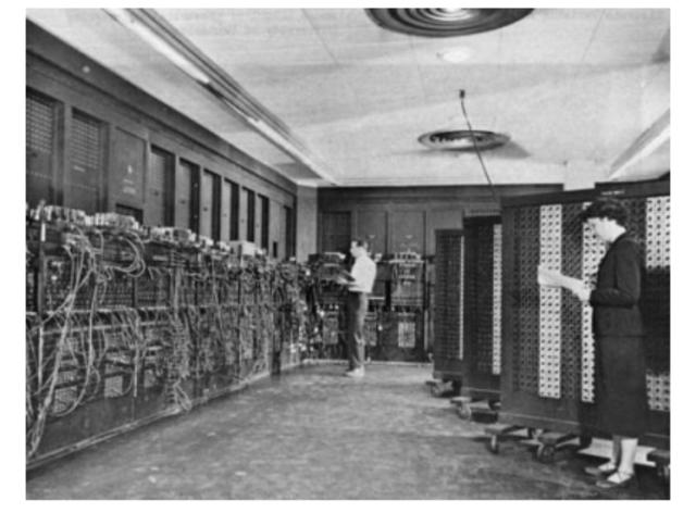 1945: O ENIAC (primeiro computador eletrônico) torna-se operacional, inaugurando aprimeira geração de computadores