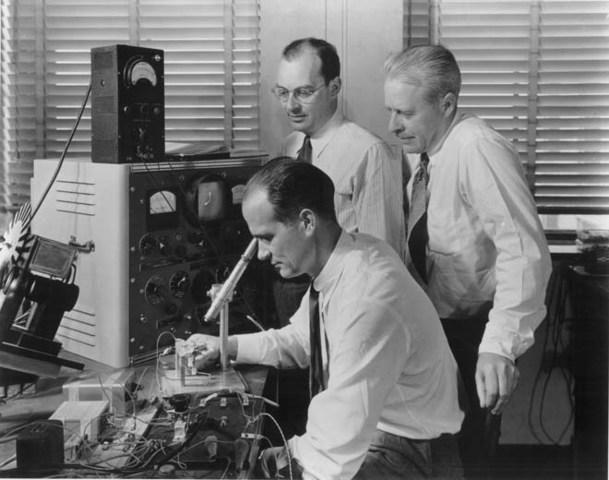 Bell Labs desarrolla el primer servicio de telefonía móvil.