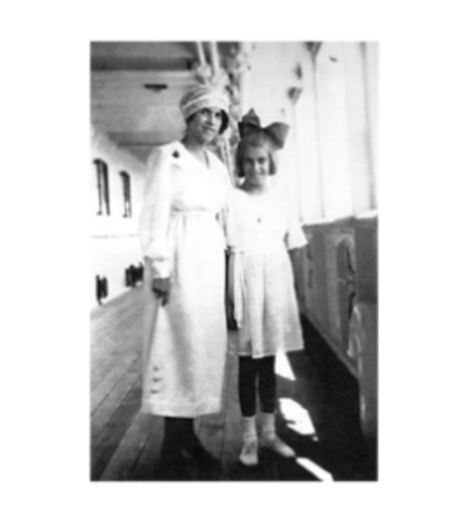 Tarsila and Dulce aboard ship, on a trip to Paris in 1920.