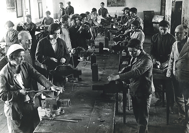 Elie and his father begin working in the warehouse