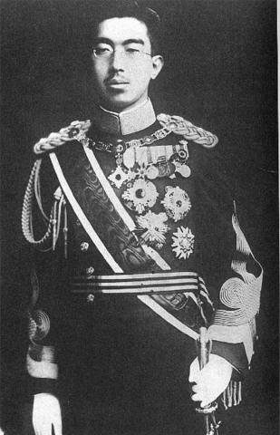 Hirohito es coronado emperador de Japón