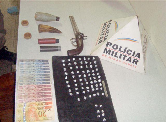 PM prende quatro com arma e 76 pedras de crack