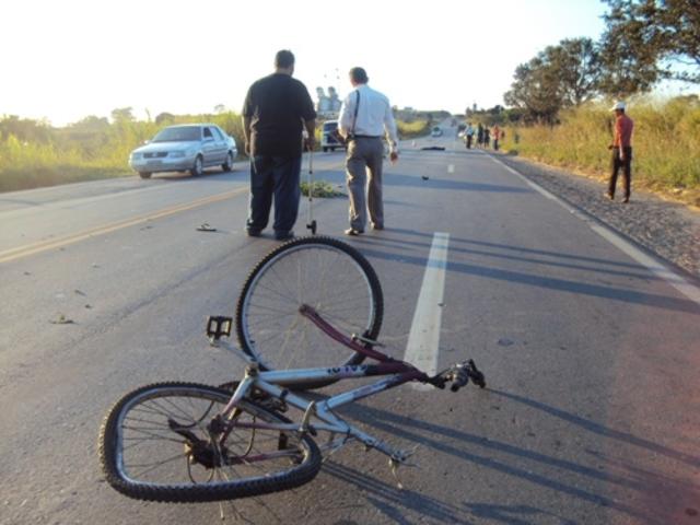 Ciclista adolescente morre ao bater em caminhão