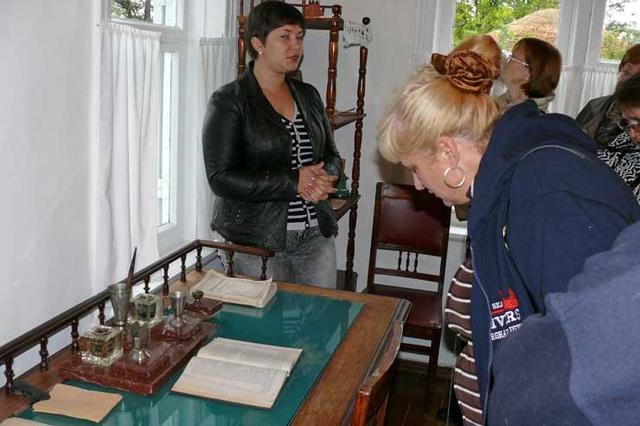 А вот тот стол, за которым Шолохов творил гениальные произведения