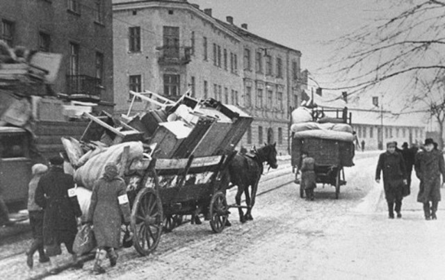 All Jews in Sosnowiec are forced to move to a ghetto