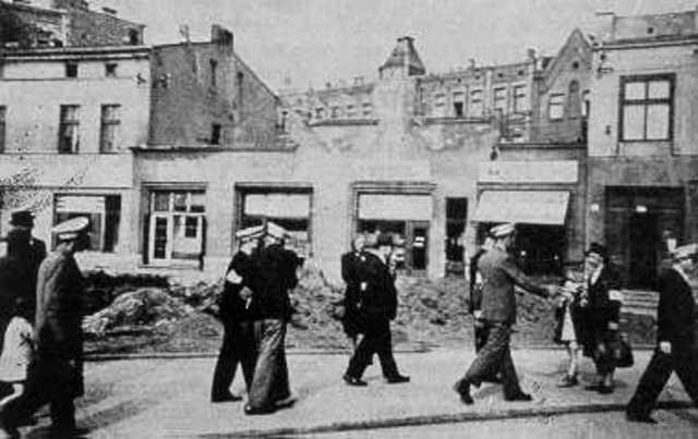 All Sosnowiec Jews are forced to move to the Srodula ghetto