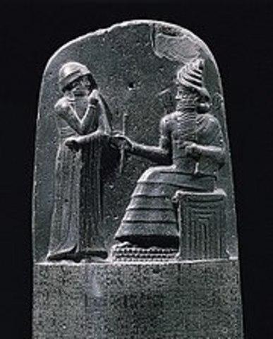 los babilonios usaban ya pequeñas tablillas de arcilla para recopilar datos en tablas sobre la producción agrícola y de los géneros vendidos o cambiados mediante trueque.