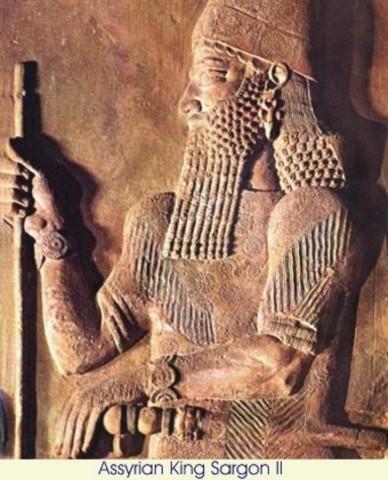 """Sargón II, rey de Asiria, quien fundó una biblioteca en Nívine que luego fue ampliada y organizada bajo el reinado de Assurbanipal; los """"textos"""" que allí se guardaban eran tablillas de ladrillo de arcilla cocida de 25 por 16 cm."""