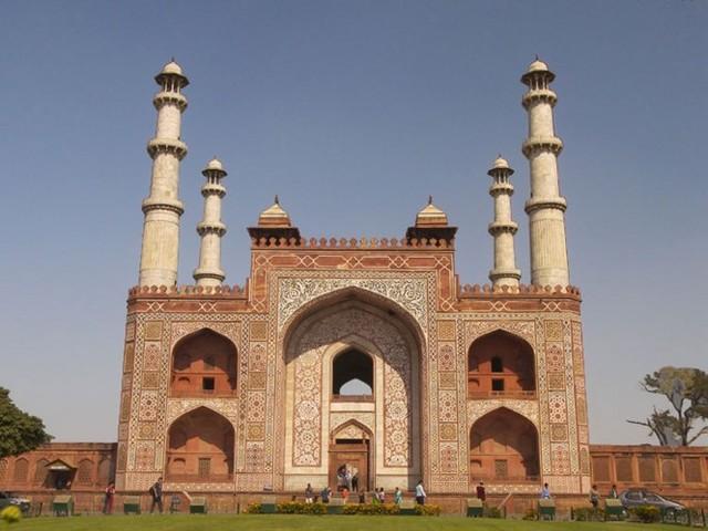 Akbar Rules in Agra